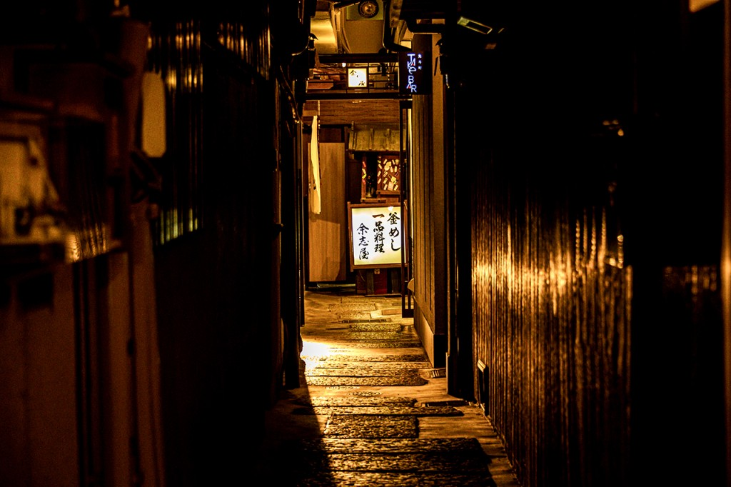 Side road of the Pontocho-dori street in the Gion quarter, Kyoto